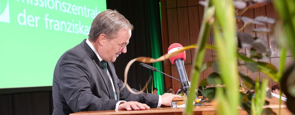Dolmetscher in Bonn. Armin Laschet bei der Jubiläumsfeier der MIsssionszentrale der Franziskaner in Bonn