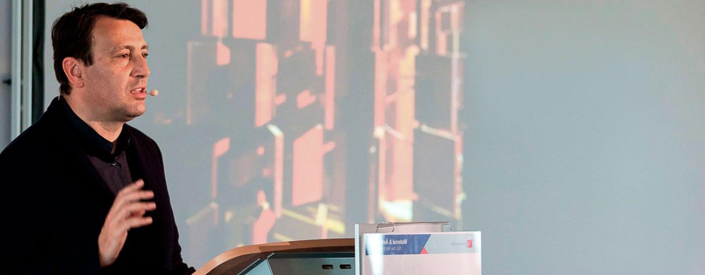 Der italienische Architekt Prof. Marco Casamonti referiert bei einer Architektenfachtagung der Heinze GmbH in Frankfurt.